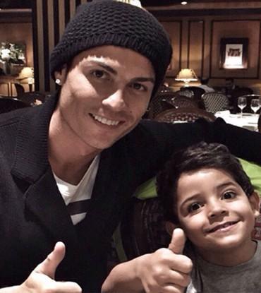 Cristiano celebra con su hijo el récord goleador de la Eurocopa