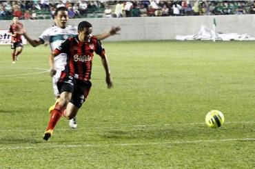 Roger Rojas sigue su racha goleadora con el Necaxa de México