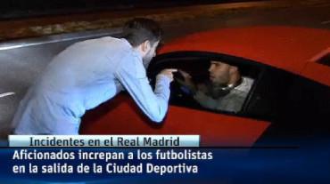 Los jugadores del Real Madrid, recibidos con insultos por sus seguidores