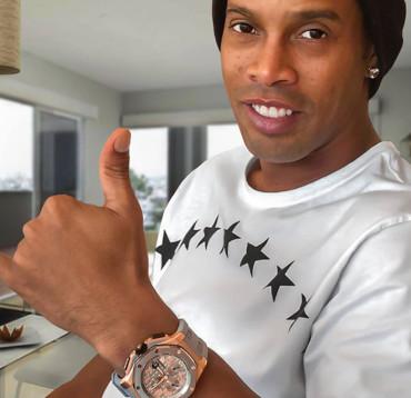 Ronaldinho muestra el reloj que le regaló Lebron James