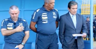 Jorge Luis Pinto entonó el Himno Honduras antes del partido ante Guayana