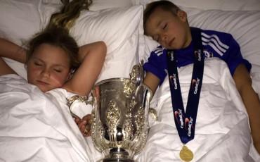 Terry deja a sus hijos dormir con la Copa