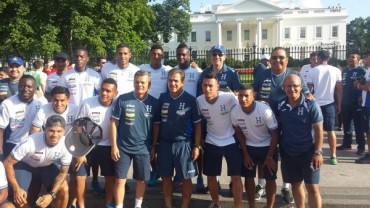 """Jugadores de la """"H"""" posan frente a la Casa Blanca en Washington"""
