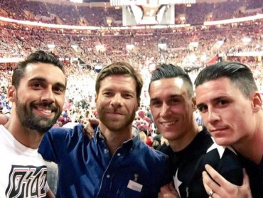 Xabi Alonso, Arbeloa y Callejón, fans de lujo en el Cavs-Warriors