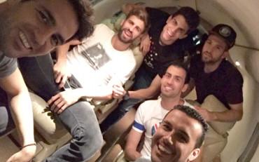 Cesc se va de vacaciones con sus excompañeros del Barça