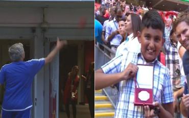 Mourinho regala su medalla de la Community a un fan del Arsenal