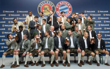 Los jugadores del Bayern se divierten con el uniforme bávaro