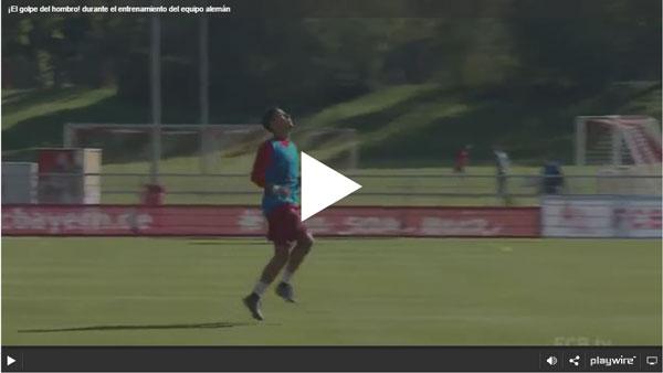 ¡El golpe del hombro! muy buena técnica durante el entrenamiento del equipo alemán