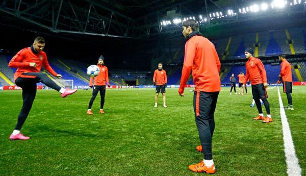 El Atlético toma contacto con el césped sintético del Astana Arena