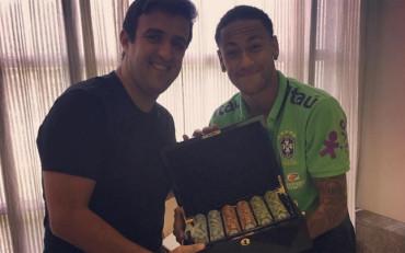 Neymar paga su apuesta a jugador profesional de Póker
