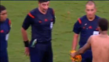 VIDEO: ¡Neymar le ofreció su camiseta al arbitro!