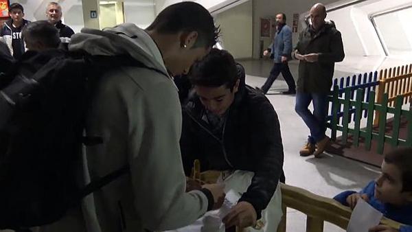 VIDEO: Cristiano Ronaldo genera lágrimas en un niño aficionado