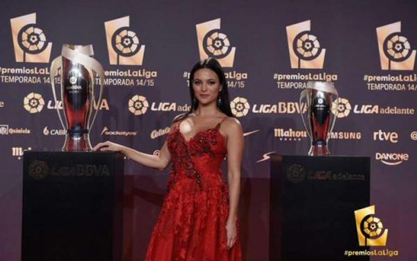VIDEO: Elisa Mouliaá deslumbró en la gala de La Liga
