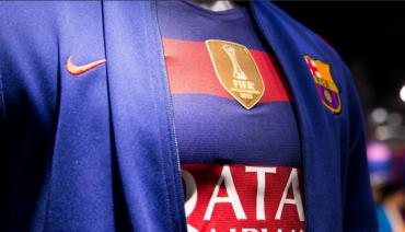 La Camisa del Barcelona ya luce el escudo de campeón del mundo