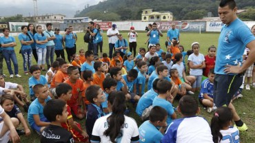 Roger Espinoza imparte clínicas de fútbol a niños en Honduras