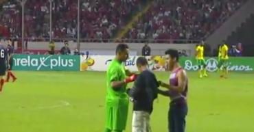 VIDEO: Keylor Navas firmó camisetas ¡mientras jugaba!