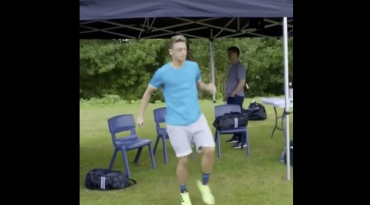 VIDEO: Mesut Özil haciendo kick-ups con goma de mascar