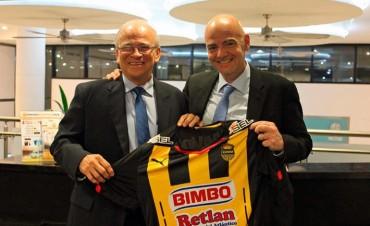 Jaime Villegas le regaló una camiseta del Real España al candidato a presidente de la FIFA