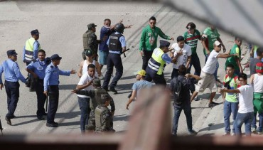 Barras del Real España y Marathón se enfrentaron a pedradas