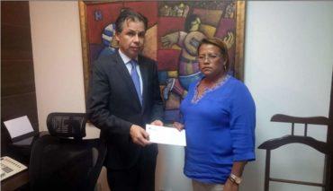 Fenafuth, entregó a la madre de Arnold Peralta dinero del seguro de vida