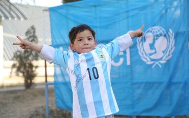 El niño fanático de Lionel Messi huyó de Afganistán por amenazas