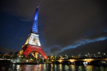 Torre Eiffel, con colores de cada participante en Eurocopa