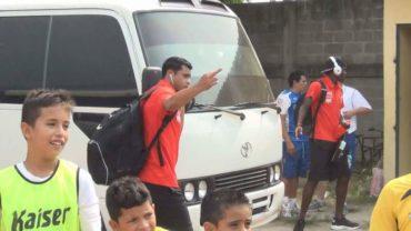 Reprochable acto del portero Noel Valladares al sacarle el dedo a un aficionado