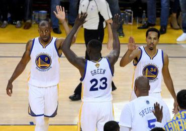 Warriors aplastan a Cavaliers y están a dos triunfos del título de la NBA