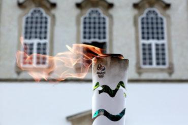 La antorcha olímpica es recibida con protestas en Río de Janeiro