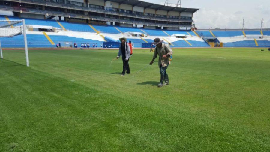 Pulen el engramillado del Estadio Olímpico para el partido entre Honduras-Canadá