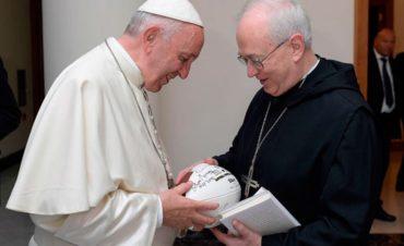 NFL llega al Vaticano con balón de Steelers dedicado al Papa Francisco