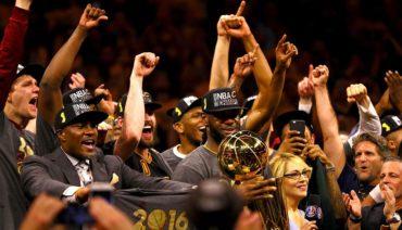 James y Cavaliers defienden el título; los Warriors se refuerzan con Durant