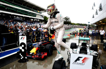 Hamilton ganó en Brasil, peleará título en Abu Dhabi