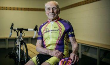 Un francés de 105 años establece un récord mundial de la hora en bicicleta