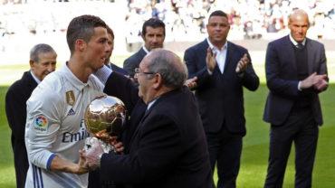 Cristiano dedicó el Balón de Oro a la afición rodeado de leyendas