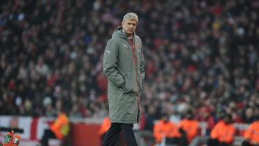 Arsene Wenger pidió perdón por empujar a árbitro
