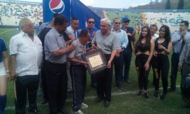 La Liga Nacional rindió homenaje a varios dirigentes y exfutbolistas