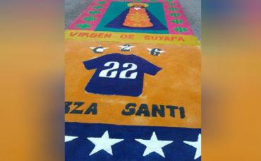 Integrantes de la Barra del Motagua hicieron una alfombra dedicada a Santiago Vergara