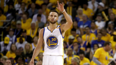 Curry, con triple doble, mantiene invicto a Warriors y ventaja de 2-0