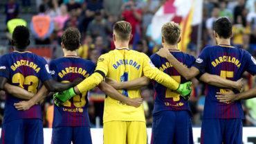 Culés homenajearon en sus playeras a víctimas del atentado en Barcelona