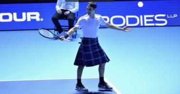 Federer se puso falda escocesa para jugar contra Murray