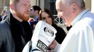 Canelo Álvarez regaló sus guantes al Papa Francisco