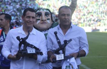 El Hondureño, Juan Flores recibió un homenaje especial por el Santos de México